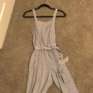 Jumpsuit  with waist tie and two pockets.